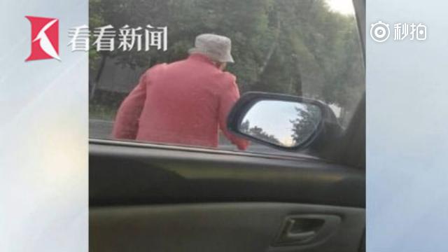 温暖人心的等待:老人累了靠车门休息 车主静静等候两分钟