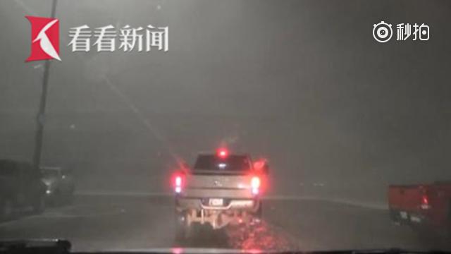 记者近距离拍下龙卷风来袭时惊险瞬间 时速177公里狂风中倒车逃离