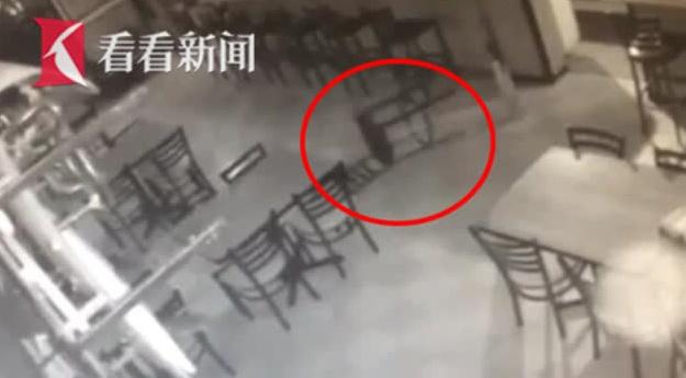 闹鬼了?餐厅中无人椅子自己动了起来 而且还发生了两次