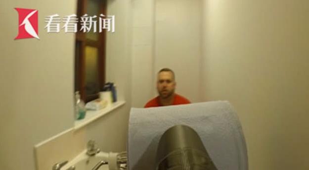 """厕所恶作剧!女生自制""""卷纸喷枪""""偷袭正上厕所的男友"""