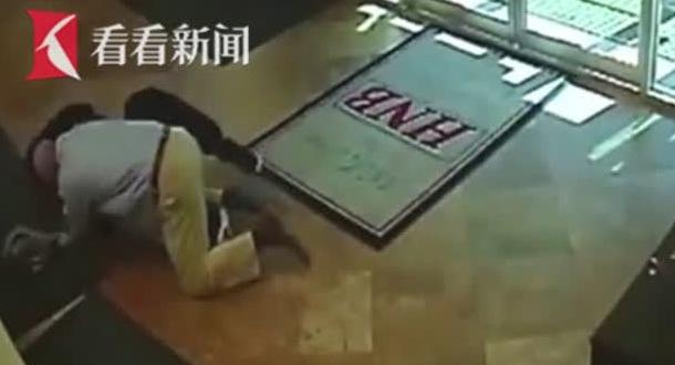 蒙面歹徒持枪抢银行得手欲逃 挨了老伯一记猛撞结局神逆转