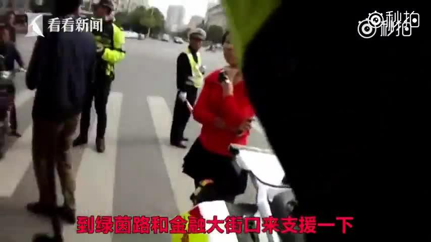 小伙开无牌新车上路被查 反怼交警:你是假警察