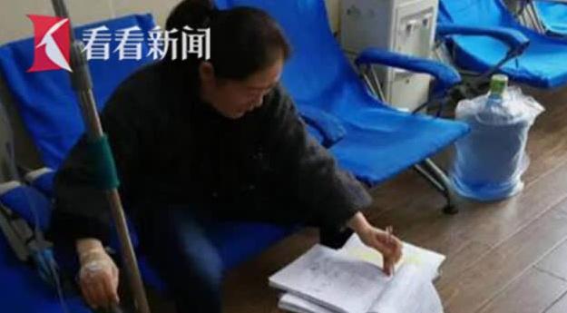 """女教师输液批作业意外成""""网红"""" 低调称""""一件小事不值得一提"""""""