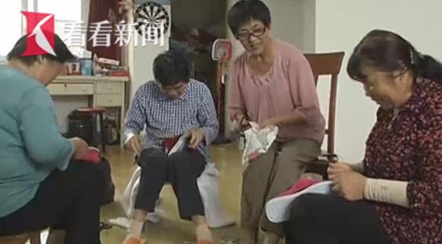暖心奶奶亲手制作棉拖只送不卖献爱心 三年内已送出近千双