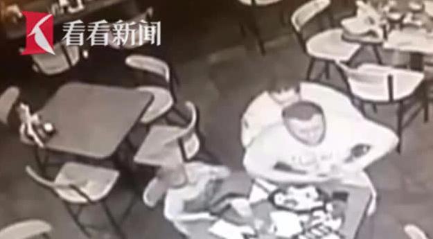 男子被食物噎住险窒息 警察用这个办法救了他