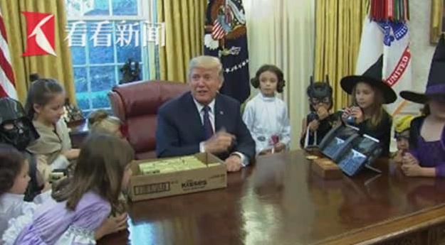 特朗普邀记者子女到白宫过万圣节 当着孩子面开涮起了他们的父母