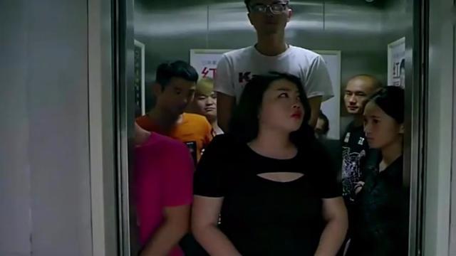 老師與學生在電梯里_學生集體跳樓,老師極力勸阻,看完結局我樂了 搞樂(使用 秒拍 錄制)