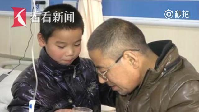 """9岁男童坚强挑起家庭重担 充当""""护工"""" 独自照顾重病父亲"""