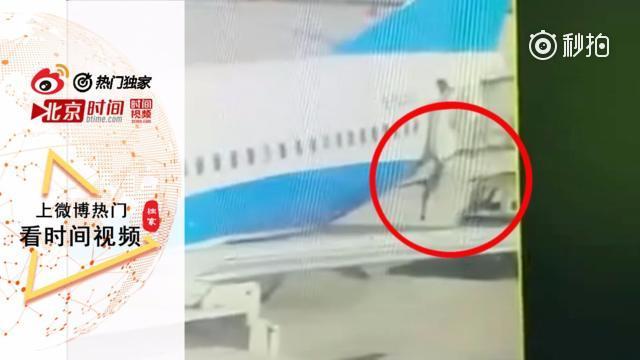 又一名女空乘从波音737上掉下来了