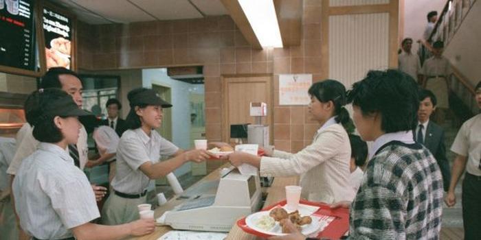 资料图片:1987年11月12日,美国快餐公司肯德基在中国的第一家餐厅在北京前门繁华地带正式开业。发