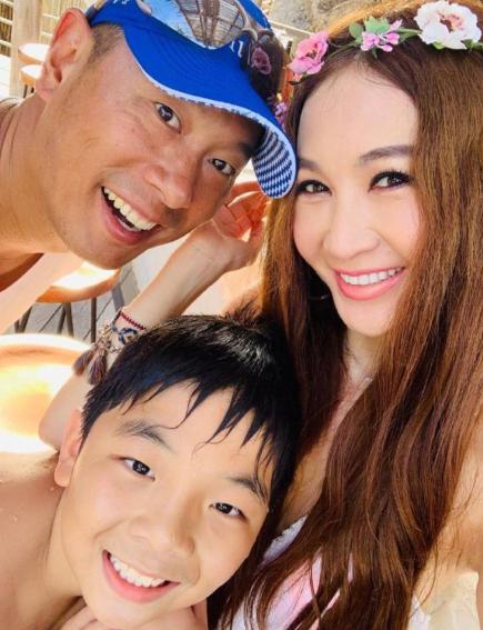 52岁温碧霞过年晒全家旅游照,身材纤细貌美如初,儿子表情超抢镜