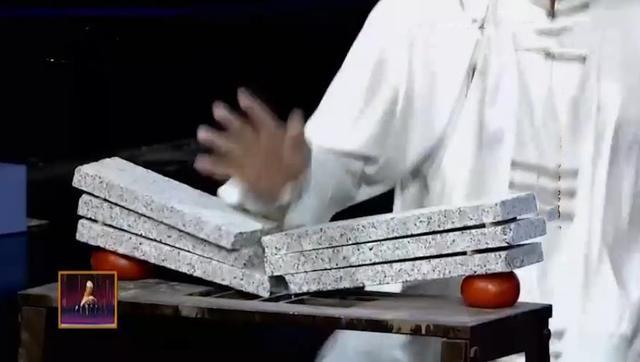 62岁忽雷太极大师展示两项绝技惊艳全场!看来传统武术真有高人啊图片