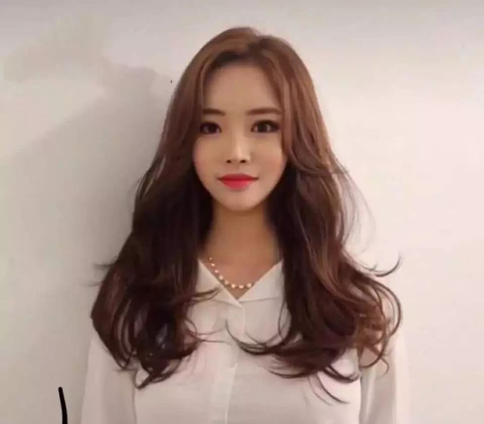 30岁女性圆脸长发,过节烫什么发型好看?图片