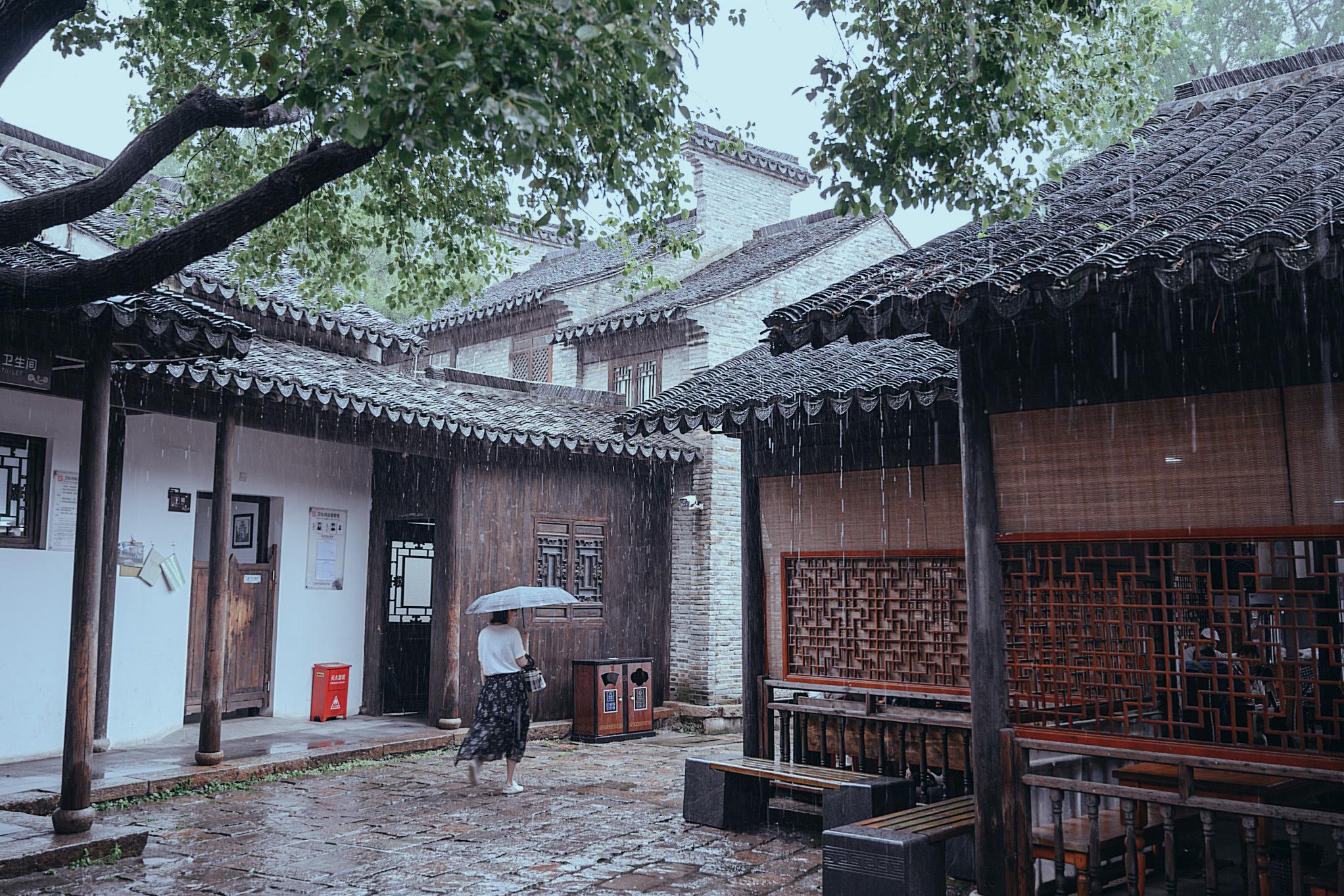 无锡惠山古镇来过很多次,雨中的惠山古镇却是第一次见