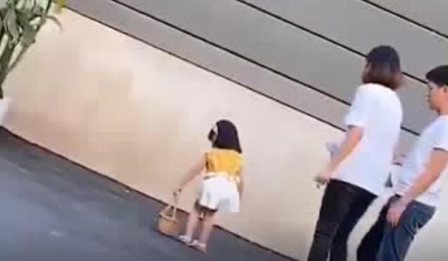 3岁女童模被妈妈踢踹:爱,是不会用亲情束缚你