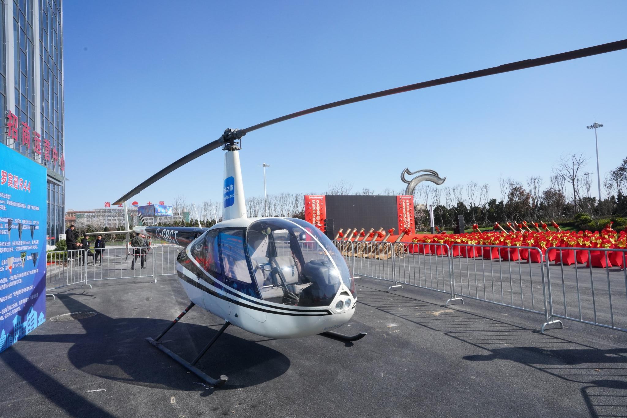 山东潍坊一楼盘租2架400万直升机空中看房