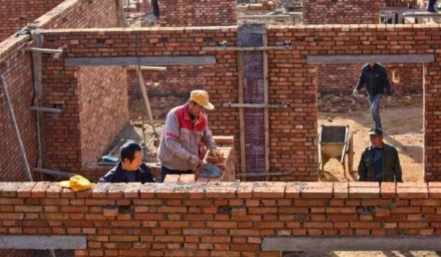 在盖房子的时候,一定要用达到标准的砖,有没有足够的安全性,还有就是用的钢筋水泥是不是好的,还有就是把地基打好,那就没有什么问题了,中间少一样,就有可能给以后住进这个房子的人造成一定的生命安全问题。 说到最后就是根据研究表示,砖混结构的房子一般情况下是能住上五十年的,如果没有什么损害,可以一直住下去。 以上图片网络,侵删
