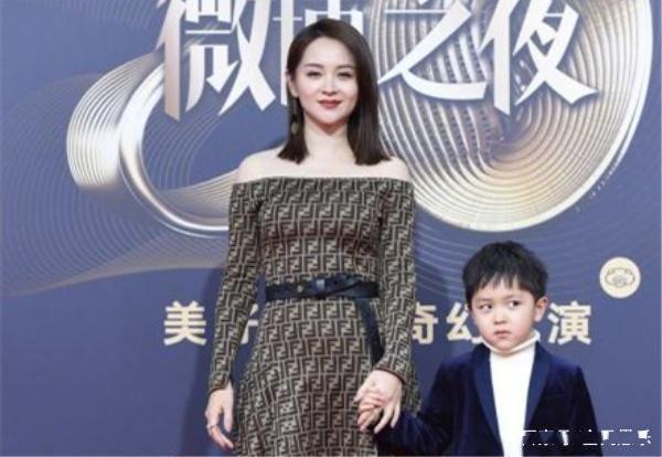 微博之夜邓莎与儿子亮相红毯,大麟子穿西装超帅气,颜值变化超大