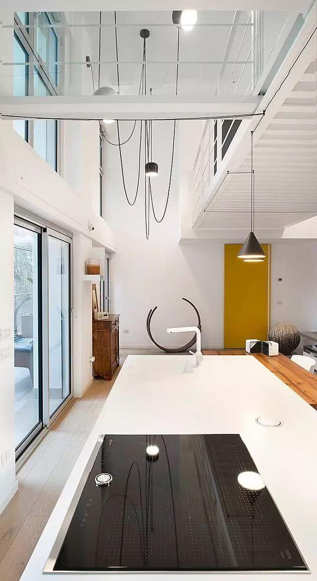 67平复式,楼梯吊在半空中,2楼铺玻璃地板,谁敢照着装?