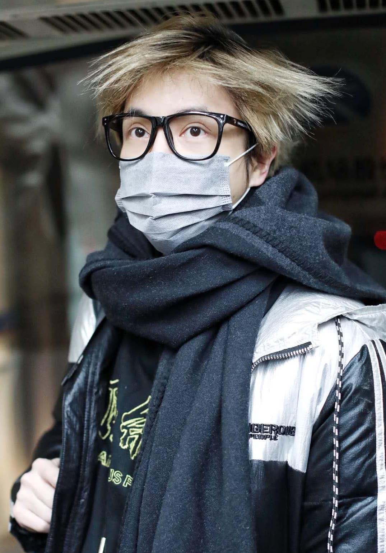 薛之谦现身机场时尚帅气,没想到帽子一摘头发全炸