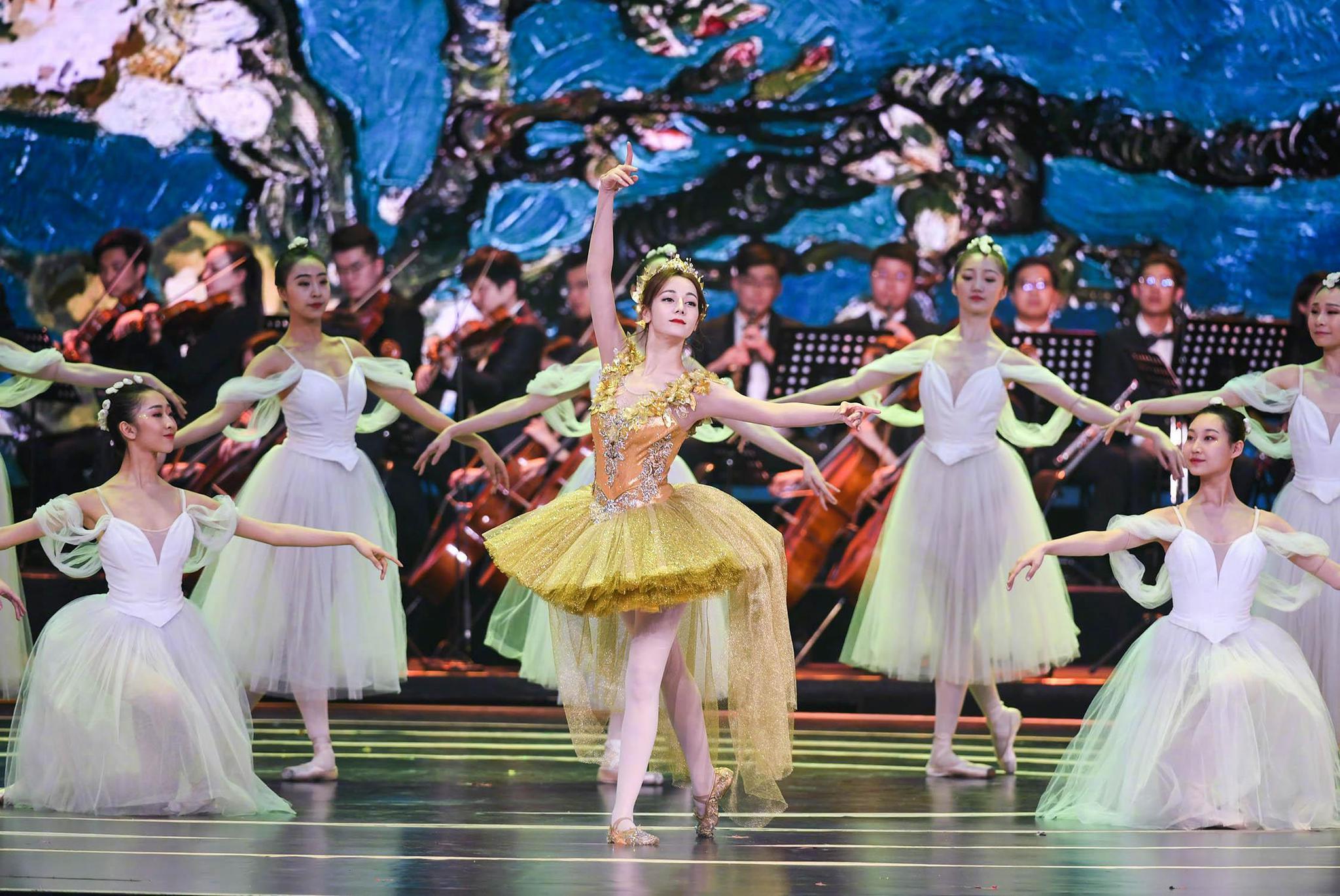 迪丽热巴芭蕾舞结束摔出舞台,工作室:轻微擦伤不严重