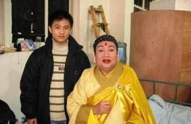 他是西游记如来佛的扮演者,去泰国买佛像,却发现上面画的是自己图片