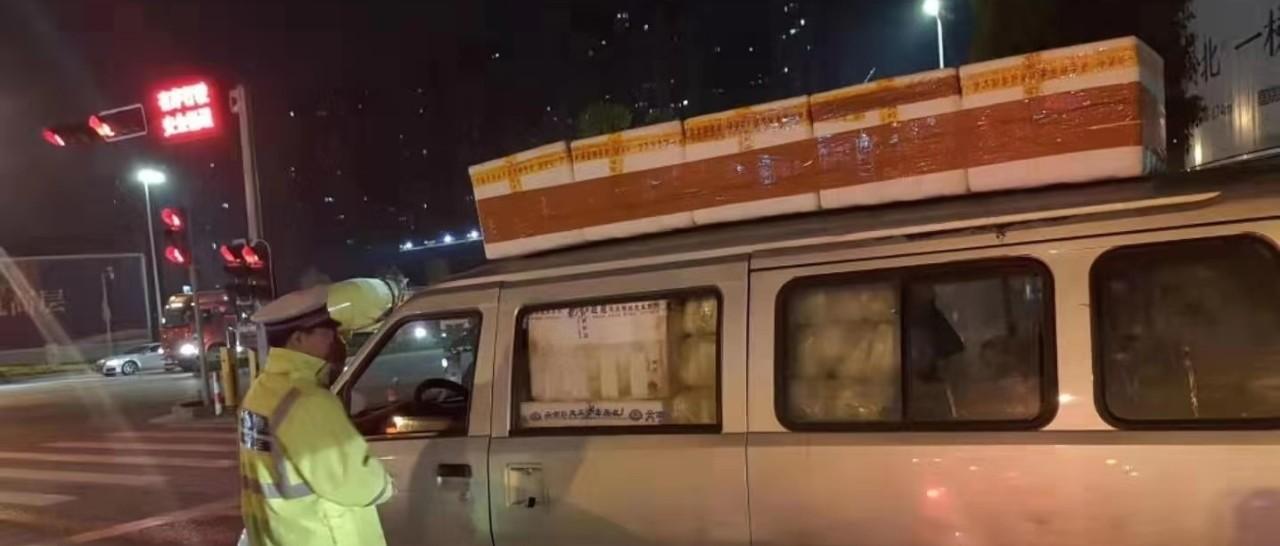 """南宁三辆面包车上演绝活:车顶放数箱""""包菜""""变道"""