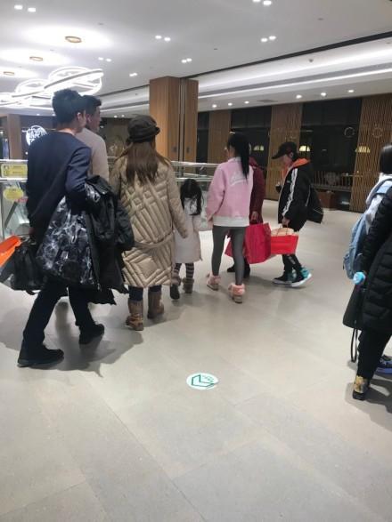 网友偶遇李小璐甜馨逛街不见贾乃亮,甜馨女大十八变越变越好看