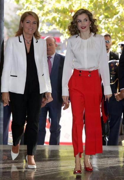 西班牙王后换发型了,白色衬衣搭红色裤子很惊艳!