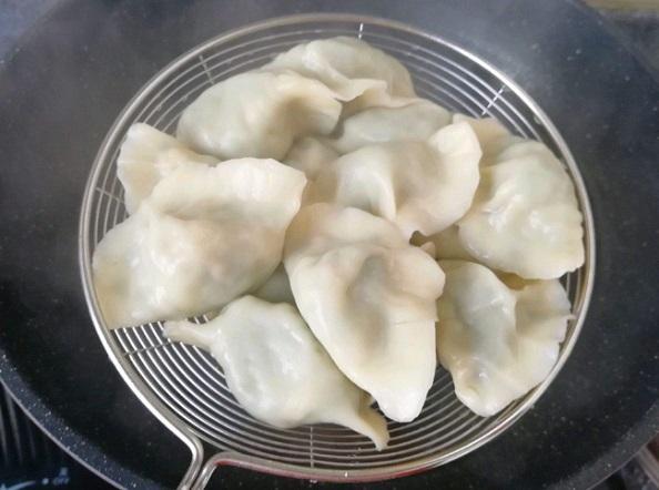 煮饺子时,别再用清水了,记住加3样东西!口感香嫩,不易破皮