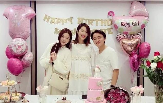 李亚男挺着孕肚庆祝34岁生日,准爸爸王祖蓝笑得很灿烂