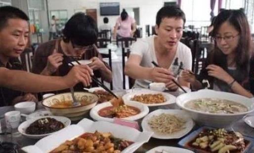 """美国人到中国旅游,最怕的一件事,就是和""""中国大妈""""一起吃饭!图片"""