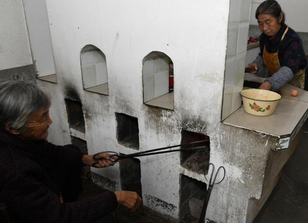 但是老奶奶还是坚持纯手工制作,使用的还是老式烧火的炉子,烧火的这位