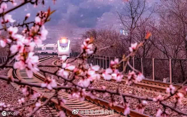 居庸关长城山脚下一辆开往春天的列车