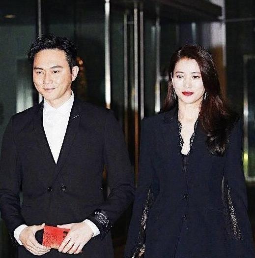 张智霖夫妻出席阿娇婚礼,靓靓披肩长发靓爆镜,手上红包薄得可怜图片