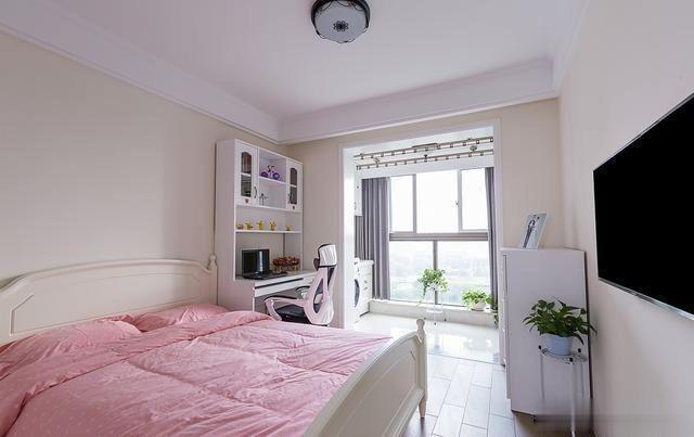 两居室的小户型,客厅的飘窗设计的非常有创意,入户玄关太满意了