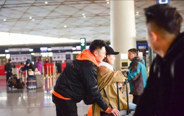 31岁张嘉倪剪了短发穿风衣真甜,在1米92老公面前像小孩