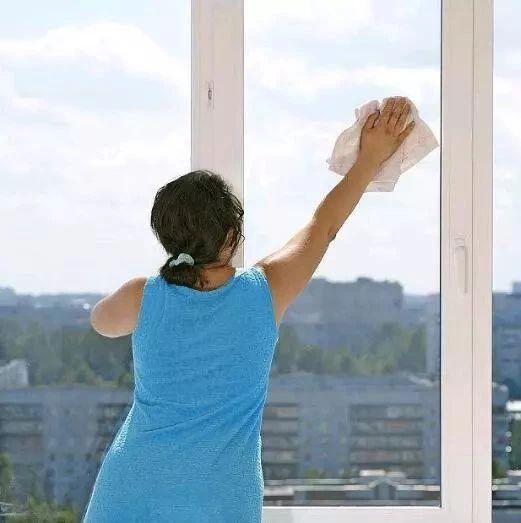 沈阳女子5楼擦玻璃坠落摔成重伤 高层住宅如何擦玻璃