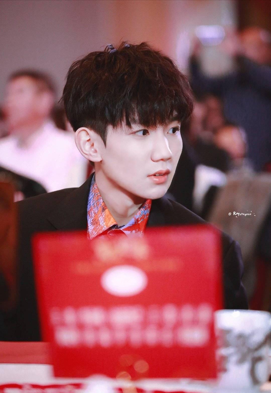 王源出席百花迎春联欢换了新发型,粉丝发现他和偶像林俊杰撞同款