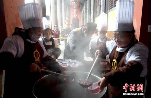 资料图:成都文殊院内工作人员正在装腊八粥。中新社记者 刘忠俊 摄