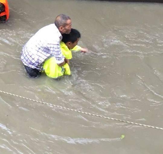 协警休假遇洪水救20余人:当过兵下次还得上