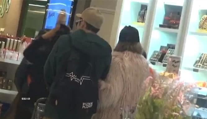 郑秀文许志安结婚5年罕见秀恩爱,夫妻俩牵手逛超市十分幸福