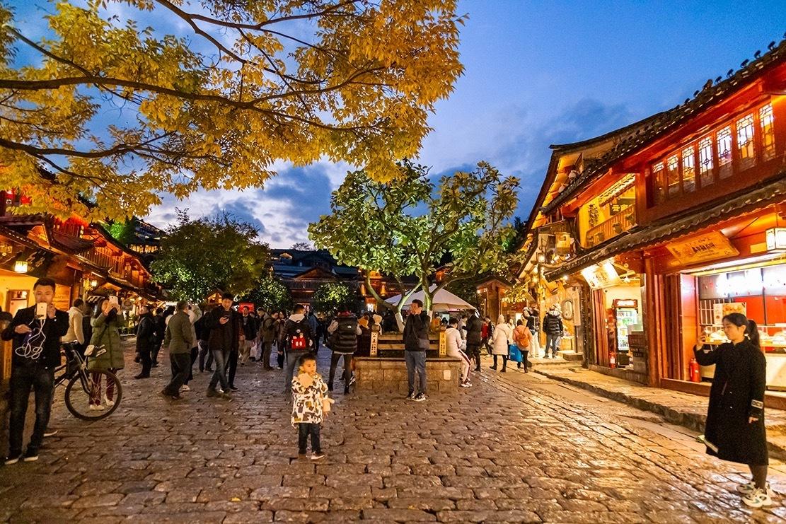 夜色中的丽江古城,灯光璀璨,景色迷人