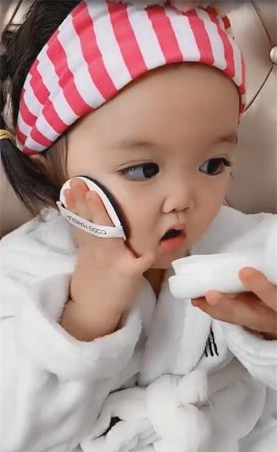 萌娃爱人化妆,用粉扑一拍一拍萌翻了,网友:小可爱!!