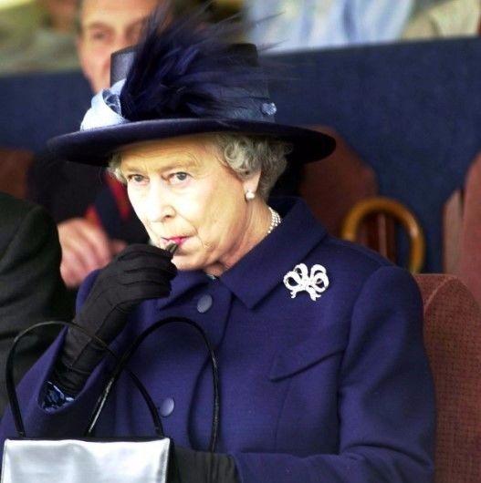 女王奶奶的包包里竟然装着这些 也太少女了吧...