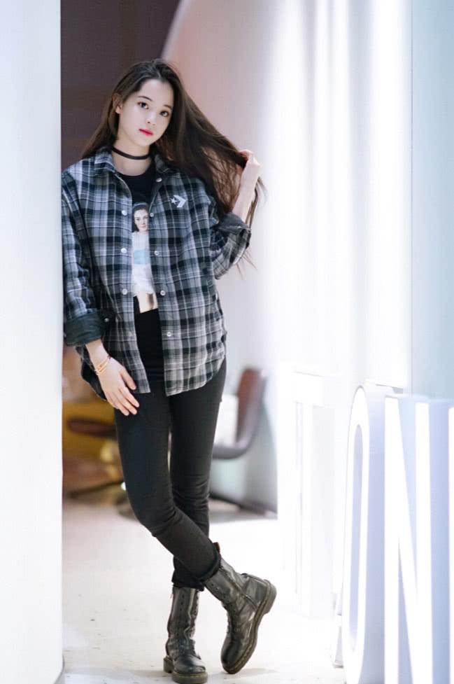 欧阳娜娜实力演绎拼接时尚,格子衫搭配牛仔裤,鞋底的小花亮了!图片