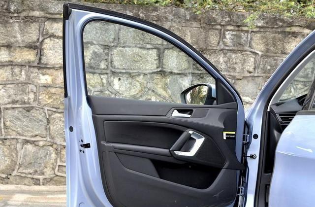 标致308S满足日常使用,出门零负担,展示汽车风采!