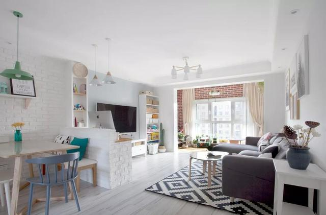 大白色沙发墙搭配灰色沙发,地板上铺着黑白斜纹地毯,即便是寒冷的冬天图片