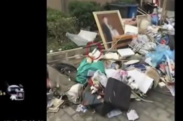 男子垃圾堆里捡幅画,感觉值钱去鉴宝