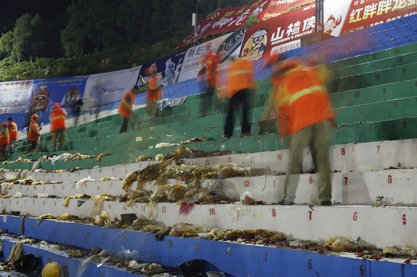2018年6月14日凌晨,在江苏省盱眙县都梁公园龙虾广场,环卫工人清扫垃圾。